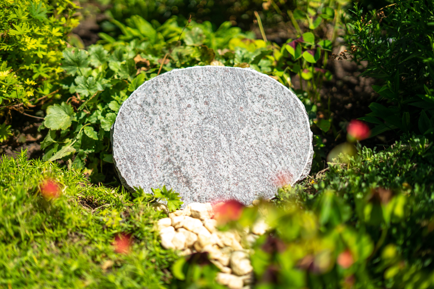 Tiergrabstein oval